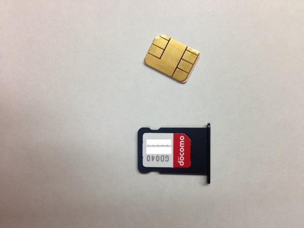 iPhone5SIMトレイにドコモのUIMカード