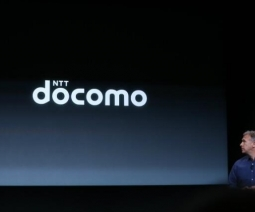 iPhone発表会でdocomoロゴ