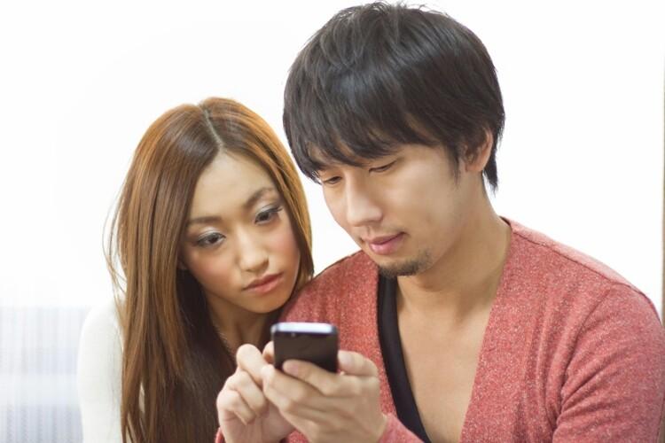 携帯を見るカップル