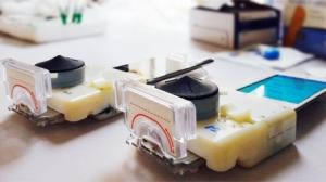 スマートフォンで実験室レベルのHIVや梅毒の検査ができるアクセサリーが登場