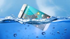 世界初!水に浮くスマートフォン「COMET」がクラウドファンディングサイトで公開