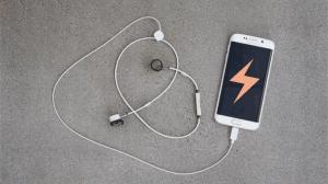 スマホからの充電も可能な世界最小のワイヤレスイヤホン「PUGZ」