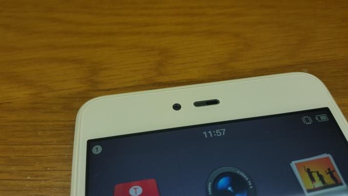 近接センサーと受話器を同じ穴に入れる新しい配置方法だ。