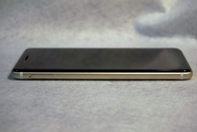 左側面(SIMカードスロット)