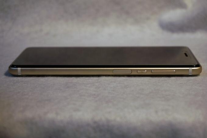 右側面(右からボリュームキー・電源キー・指紋センサー)