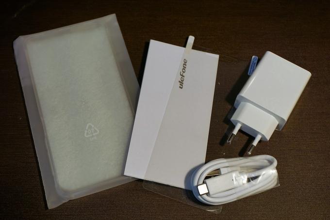シリコンケース、保証書、予備の画面保護フィルム、ACアダプター(中国用)、USB Type-Cケーブル