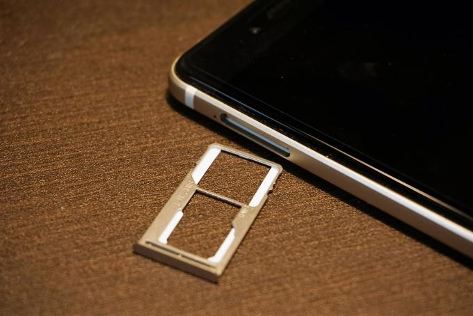 デュアルSIMもしくはSIM+microSDカードの組み合わせに対応