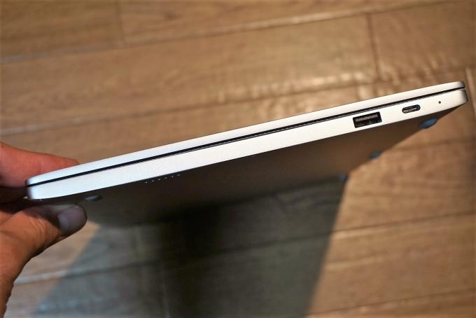 右側面にUSB 3.0、USB Type-C
